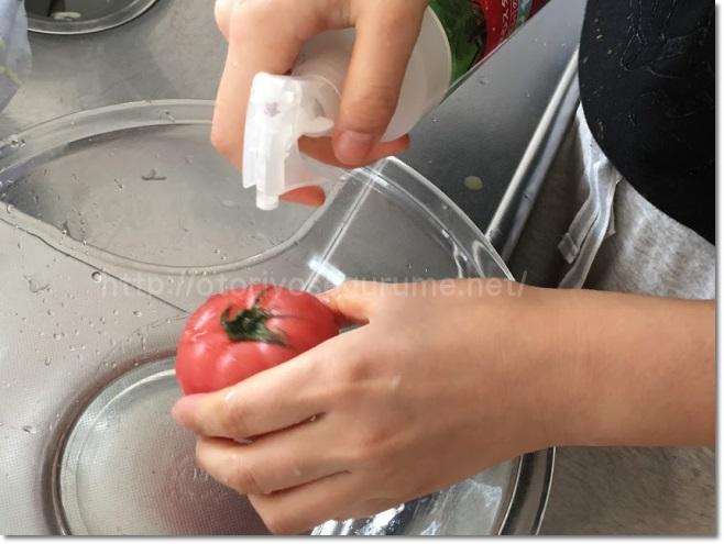 ベジセーフでトマトを洗う2